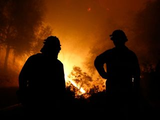 Wildfire explodes, menaces mountain communities