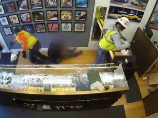 Store owner fights off smash-and-grab robbers