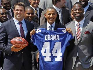 Obama poses with NFL's NY Giants-10933