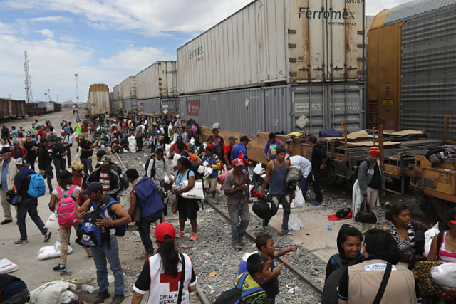 Busloads of migrants from 'caravan' arrive at US-Mexico border